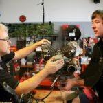 jetzt noch die letzten beiden Verbindungsschrauben von Getriebe zum Motor /now the last two screws between Engine and Gearbox / Ancora gli ultimi due bulloni per gli ingranaggi motore