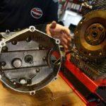 da liegt das ölige getriebe / here you see the oily gearbox / il cambio è stato oleato